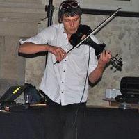 Neotřelý projekt Roberto Savaggio (uk/ger) – housle a deep techno? Proč ne!